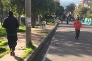 Ciudadanos retoman ejercicios al aire libre, en medio de la cuarentena, en Bogotá.