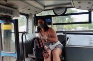 Mujer graba video para adultos en bus del MIO