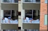 Niña peligrando al jugar en el balcón