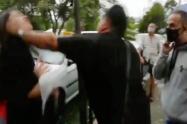 Inadaptado golpeó en el rostro a una mujer en medio de una marcha