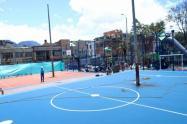 Bogotá: A canchas de fútbol y baloncesto les dejaron postes en la mitad