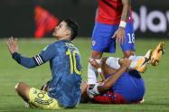 James Rodríguez le da patada a Alexis Sánchez