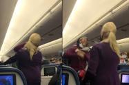 Pasajera golpea a auxiliar de vuelo