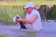 Hombre rescata a un cachorro de ser devorado por un cocodrilo
