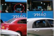 Hombre limpió la ventana del bus en Cali con el tapabocas y luego se lo puso