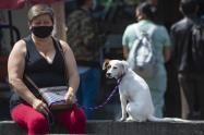 Coronavirus en Colombia - Mujer usa tapabocas como medida preventiva, en Bogotá.