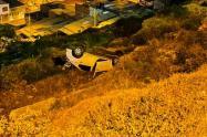 Ladrones terminan volcados en vehículo que hurtaron