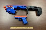 Subametralladora y pistola pintadas