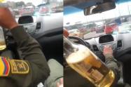 Policías tomando licor mientras conducen en Bogotá
