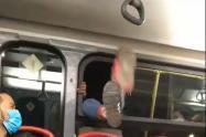 Mujer se baja por la ventana