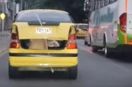 Niño en el baúl de un taxi