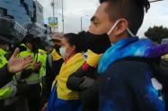 Jóvenes dialogan con la Policía en Suba