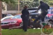 Policía golpeando a mujer en la cara
