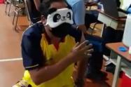 Joven con antifaz de panda