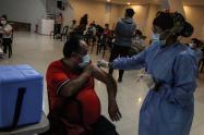 Vacunación en Bogotá avanza en mayores de 35 a 39 años con pico y cédula