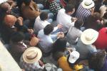 Público en la corrida de toros de Bogotá, consumiendo licor
