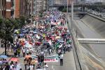 Profesores agremiados de la ADE marchando por Bogotá
