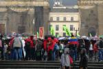 Mientras llegaban los marchantes, la lluvia también fue parte fundamental de la jornada.