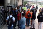 Personas haciendo fila para entrar a un centro comercial