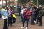 Feministas protestan frente a la casa de Claudia López