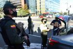 La Policía está requisando carros y motos.