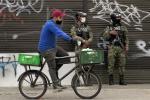 Coronavirus en Colombia - Soldados inspeccionan cumplimiento de restricciones en Bogotá, por casos covid.
