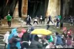 Manifestantes violentos tratan de ingresar al Congreso de la República.