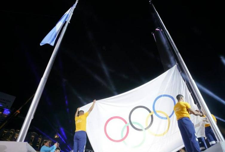 La bandera de los Juegos Olímpicos es izada en Argentina 2018