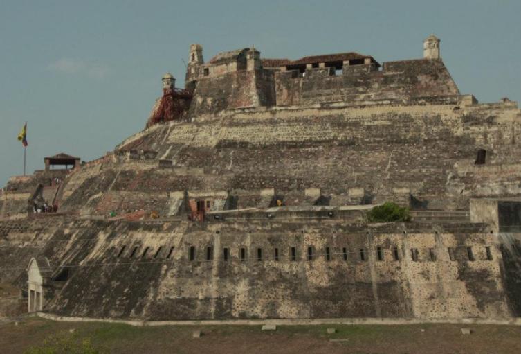 Torniquetes, vallas y arreglos en cemento están afectando la arquitectura de la fortificación