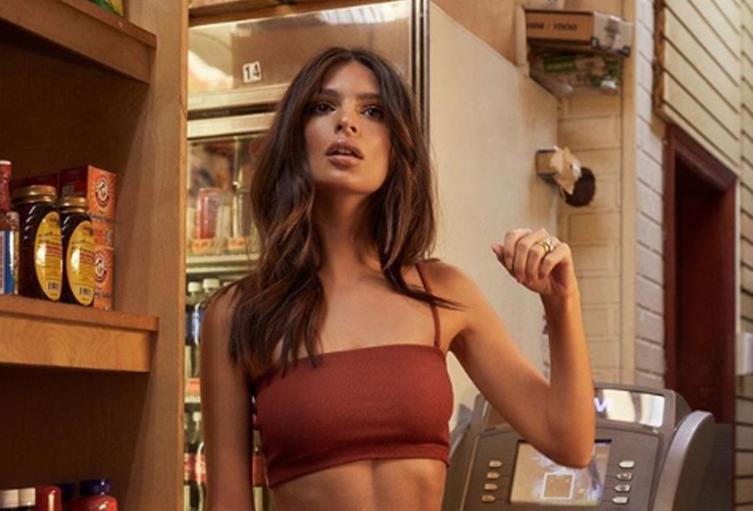 La modelo lució un sensual traje de conejita.