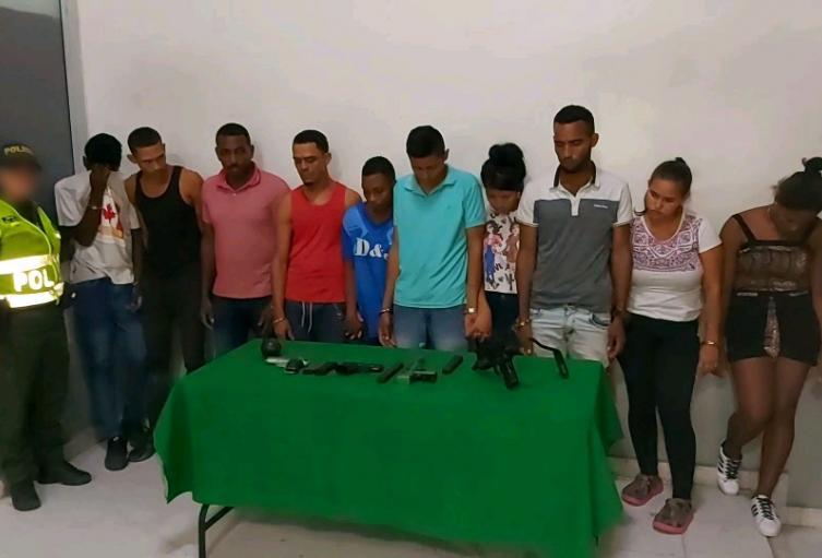 Las autoridades los capturaron con una miniuzi y granada.
