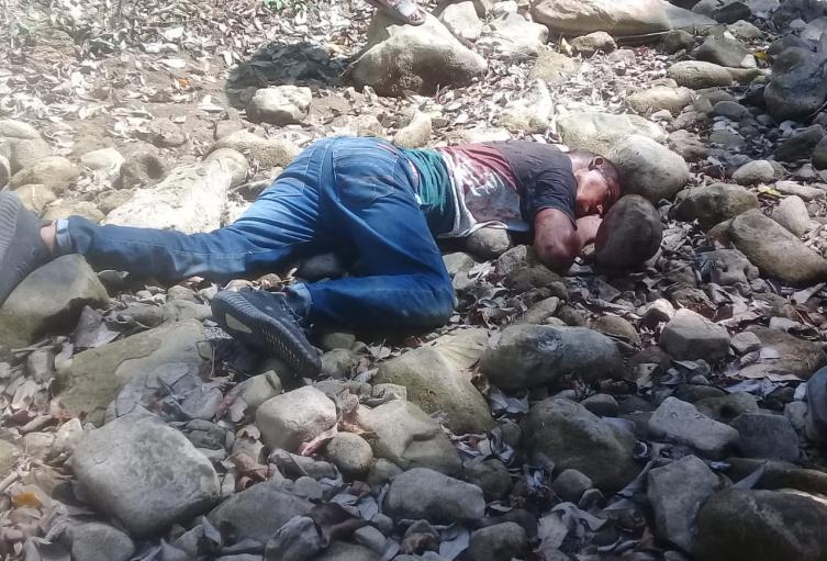 Lo encontraron en un empedrado con heridas producidas con arma blanca