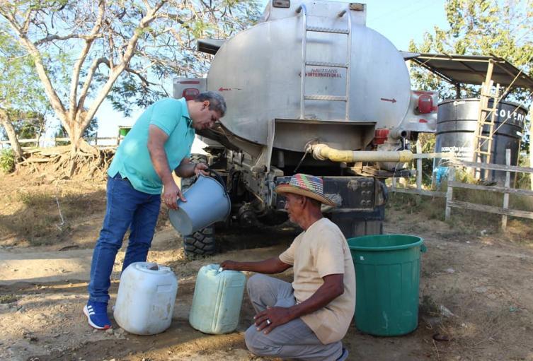 El alcalde de Lorica liderando entregada de agua .