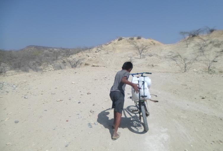 Pobladores, en busca de agua en Manaure, Guajira