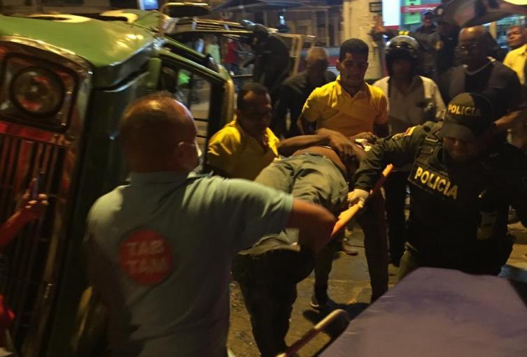 El hombre fue llevado a un centro asistencial por una ambulancia