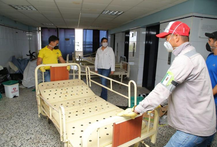 Los obreros trabajan las 24 horas del día para entregar el hospital.