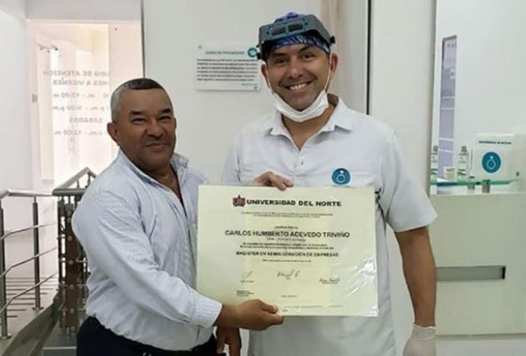 El señor Guillo entregó los diplomas con una sonrisa.
