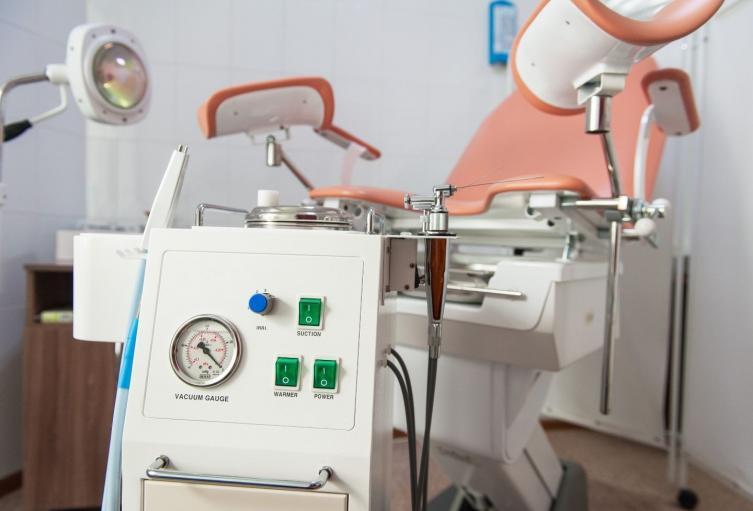 Silla ginecológica en centro médico
