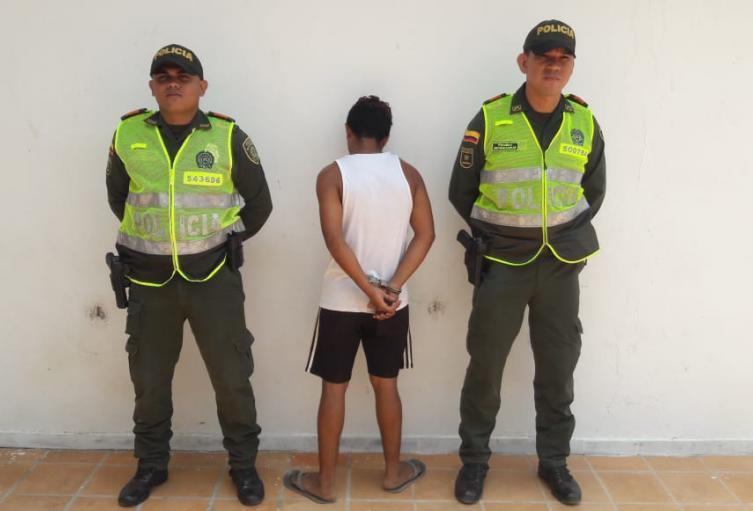 El hombre levantó a trompadas y patadas a un policía