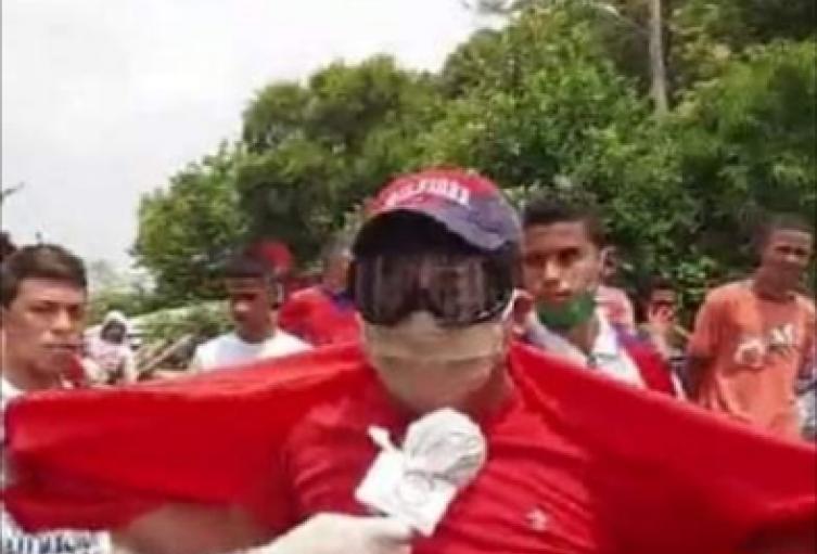 Alcalde vestido de Superhéroe rojo invita a los ciudadanos a cuidarse y pidiendo ayudas al departamento