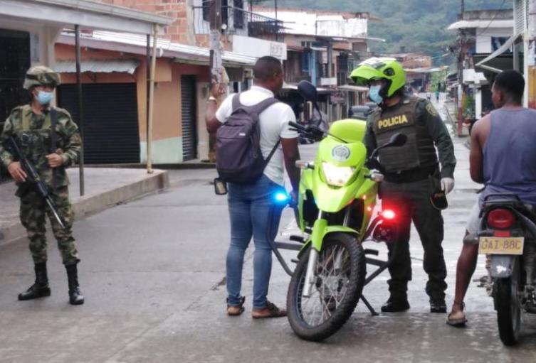 Un joven atacó a mordiscos a un policía que lo iba a multar por estar jugando fútbol en la cuarentena obligatoria en Chocó
