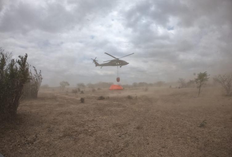 Helicóptero de la fuerza aérea trabaja en la zona de la emergencia