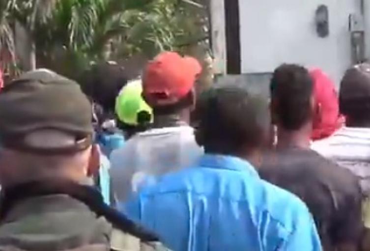 Encapuchados pretendieron violentar el vehiculo para tomar la mercancía
