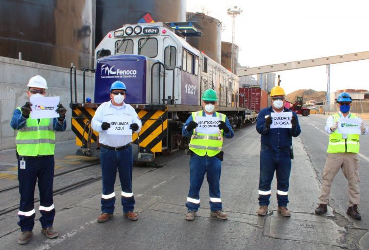 Los trabajadores del puerto trabajan para llevar mantener abastecido al país