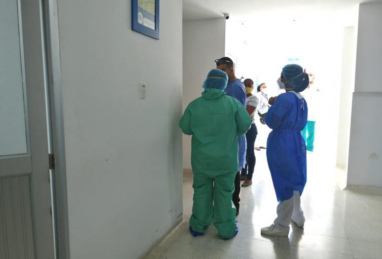Autoridades de salud hacen seguimiento a familiares de fallecido por coronavirus