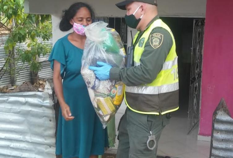 Con el apoyo de la empresa privada y pùblica,policìa en Sucre entrega ayudas alimentarias