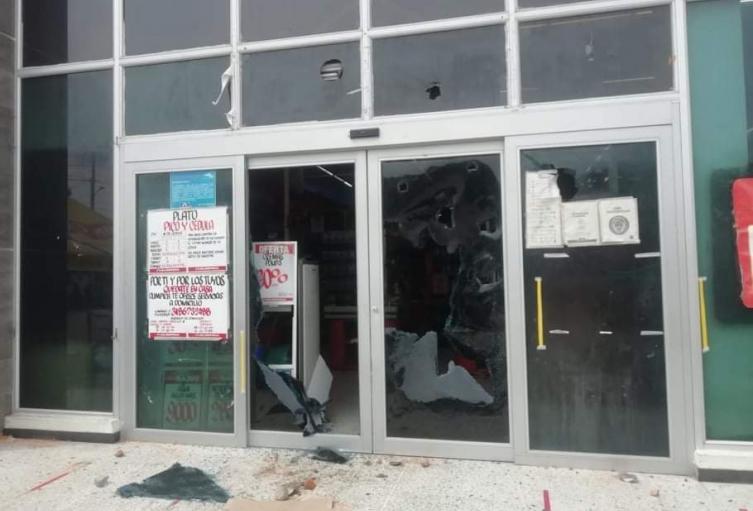 Jóvenes armados de palos y piedras, ingresaron y semi destruyeron supermercados y establecimientos comerciales