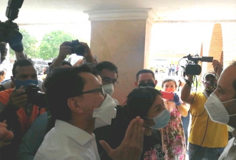 a la salida del centro asistencial hubo un enfrentrentamiento entre gobernador del Magdalena y Supersalud por intervención del Hospital Barreneche