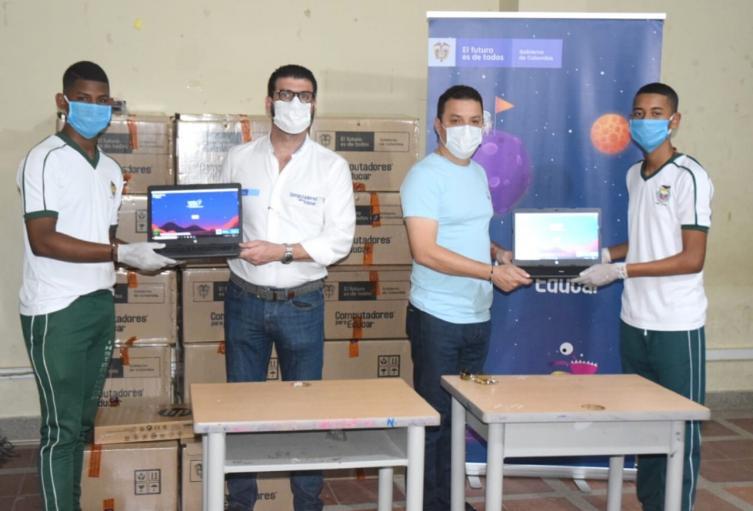 Estudiantes recibiendo los equipo electrónicos