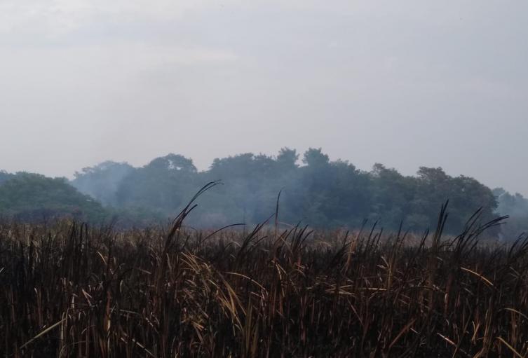 Autoridades esperan la autorización de ayuda helicoportada para sofocar las llamas